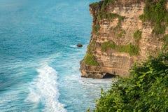 Скалы камня Uluwatu, океанские волны Воздушное взгляд сверху bali Индонесия стоковое изображение rf