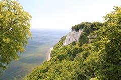 Скалы мела и голубое море в острове Ruegen, Балтийском море, Германии стоковая фотография