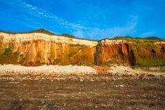 Скалы мела и brownstone на пляже в Hunstanton, Норфолке стоковая фотография rf