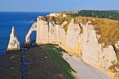 """Скалы мела на утесах Коута d """"Albatre и естественный океан ориентира свода и голубых в Etretat Нормандия Франция стоковое изображение rf"""