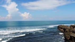 Скалы на побережье пляжа Бали, Индонезии, прослежены от воздуха сток-видео