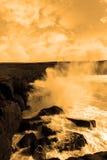 скалы разбивая гигантские волны шторма Стоковые Фотографии RF