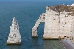 Скалы слона с людьми около Etretat в Normandie, Франции Стоковые Фото