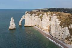Скалы слона с людьми около Etretat в Normandie, Франции Стоковое Фото