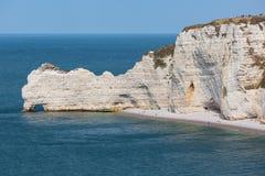 Скалы с людьми около Etretat в Normandie, Франции Стоковое Изображение
