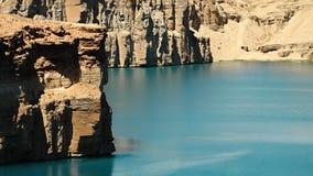 Скалы травертина обозревая голубое озеро сток-видео