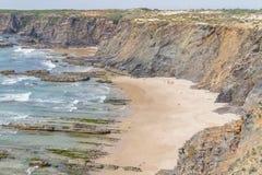 Скалы, утесы и волны в Zambujeira повреждают пляж Стоковые Изображения