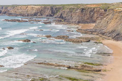 Скалы, утесы и волны в Zambujeira повреждают пляж Стоковое фото RF