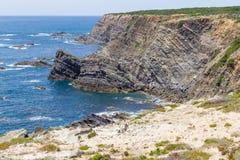 Скалы, утесы и волны в Zambujeira повреждают Стоковое Фото