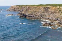 Скалы, утесы и волны в Zambujeira повреждают Стоковое Изображение RF