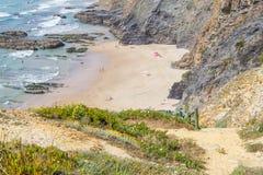 Скалы, утесы и лестницы в Zambujeira повреждают пляж Стоковое фото RF