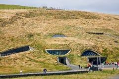 Скалы центра ` s посетителя Moher, графства Клары, Ирландии Стоковые Изображения