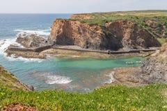 Скалы, шлюпка и волны в Порту das Barcas, Zambujeira повреждают Стоковое Изображение RF
