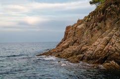 Скалы Cala de Sant Francesc, береговой линии залива Бланеса, Косты Brava, Испании, Каталонии стоковые фото