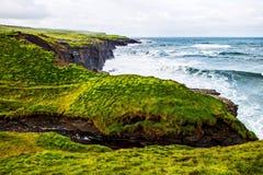 Скалы Moher на океане Alantic в западной Ирландии с волнами колотя против утесов стоковые фото