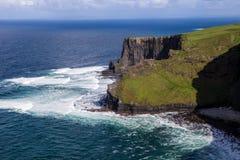 Скалы Moher на океане Alantic в западной Ирландии с волнами колотя против утесов стоковые изображения
