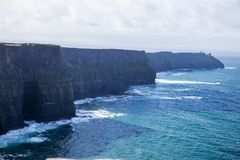Скалы Moher на океане Alantic в западной Ирландии с волнами колотя против утесов стоковые изображения rf