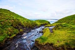 Скалы Moher с небольшой заводью на океане Alantic в западной Ирландии с волнами колотя против утесов стоковые изображения