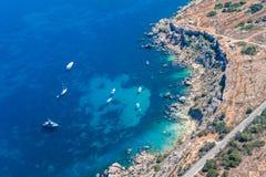 Скалы Rdum il-Hmar и славное место пикирования между массивными валунами около Mellieha в северном регионе Мальты стоковая фотография rf