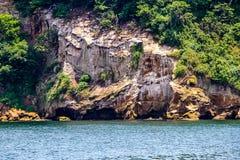 Скалы Sarushima от парома стоковая фотография
