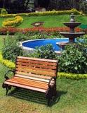 Скамейка в парке в парке стоковое фото