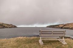 Скамейка в парке и айсберг стоковое изображение