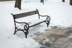 Скамейка в парке ландшафта снега зимы стоковые изображения rf