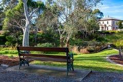 Скамейка в парке на саде солдат мемориальном в Strathalbyn Sout Стоковая Фотография