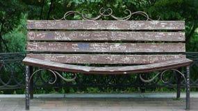 Скамейка в парке, с надписями любовников Стоковая Фотография RF