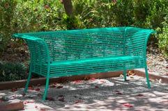 Скамейка в парке Teal стоковое изображение rf