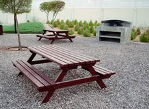 Скамейки в парке пикника с внешней зоной гриля Стоковые Изображения