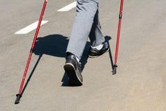 Скандинавские идя женщины ног в sportswear идя на идти Стоковая Фотография RF