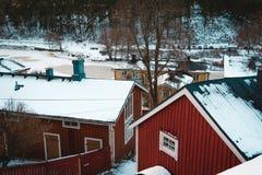 Скандинавский красный дом в зиме стоковая фотография rf