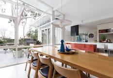 Скандинавская введенная в моду столовая и открытая кухня плана Стоковые Изображения RF