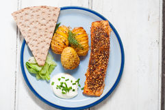 Скандинавские семги с картошками и замаринованным огурцом Стоковые Изображения RF