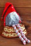 Скандинавский гном рождества - сшитая игрушка корзины деревянное предпосылки коричневое Стоковое Изображение