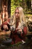 Скандинавский pythoness ведьмы варя зелье Стоковые Изображения RF