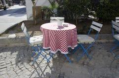 Скатерти бирюзы Alacati, голубые стулья, полностью alacaty классика Стоковое Изображение