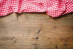 Скатерть на деревянной таблице стоковое изображение rf