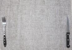 Скатерть от грубой linen ткани с вилкой и ножом Творческая предпосылка для знамени или кафа или ресторана меню Стоковое Изображение RF