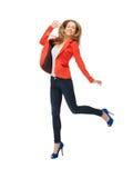 Скача девочка-подросток в вскользь одеждах Стоковое Фото