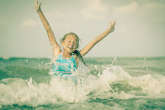 Скача девушка летая пляжа на голубом береге моря стоковое изображение rf