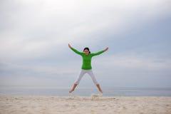 скача женщина стоковая фотография rf