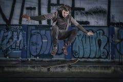 Скача изолированный скейтбордист Стоковое Изображение RF