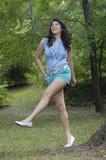 скача предназначенная для подростков женщина стоковое фото