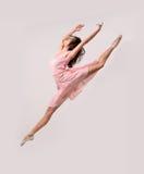 Скача профессиональный танцор девушки балета стоковое фото rf