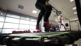 Скача фитнес, skyjumping, небо скача, большой скакать, красивые маленькие девочки делая скача фитнес фитнес на батутах, молодых акции видеоматериалы