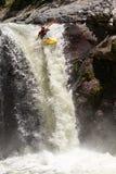 Скачка водопада каяка Стоковые Изображения