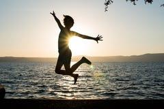 Скачка девушки счастливая Стоковое Изображение RF