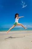 скачка пляжа счастливая Стоковое фото RF